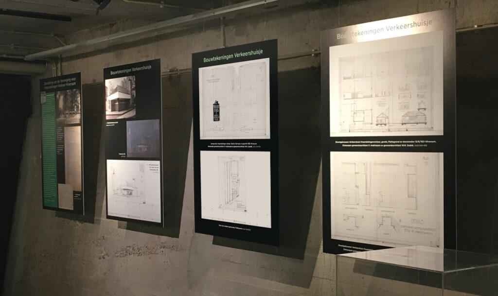 Panelen bij de expositie met originele bouwtekeningen van Dudok's verkeershuisje.
